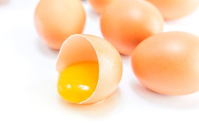 시인 이외수는 달걀 노른자를 '작은 아침 해' '금빛 꿈' 등의 아름다운 시어로 묘사했다. [GettyImage]
