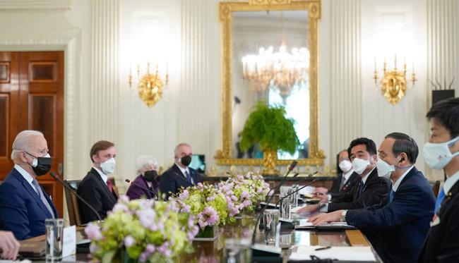 조 바이든(왼쪽) 미국 대통령과 스가 요시히데 일본 총리가 4월 16일(현지 시간) 백악관 집무실에서 정상회담을 하고 있다. [AP=뉴시스]