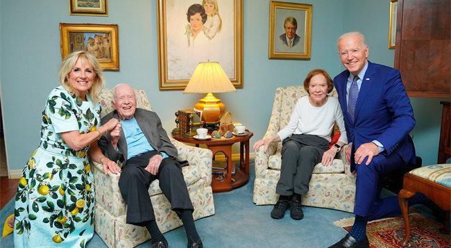 4월 3일 조 바이든 미국 대통령 부부가 지미 카터 전 대통령 자택을 방문해 부부와 찍은 사진이 화제가 되고 있다. [The White House via AP 제공]