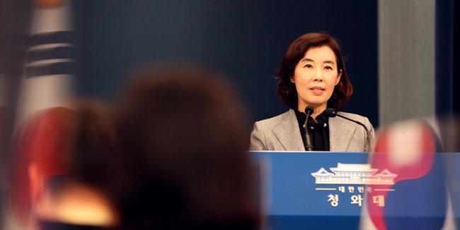 박경미 청와대 대변인이 5월 4일 서울 춘추관에서 문재인 대통령이 김정식 씨에 대한 모욕죄 고소 취하를 지시했다고 밝혔다. [청와대 사진기자단]