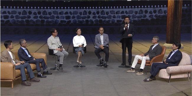 5월 7일 종근당 창립 80주년을 맞아 열린 임직원 좌담회 모습. 종근당 이장한 회장(맨 오른쪽), 김영주 대표(오른쪽에서 세 번째) 등이 참석해 직원들과 이야기를 나눴다. [종근당 제공]