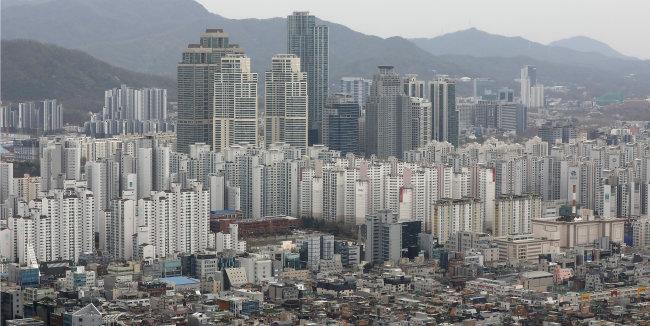 4월 2일 서울 강남구 아파트 단지 전경. 4월 29일 국토교통부는 전국 약 1420만 호에 대한 가격을 공시했다. [뉴스1]
