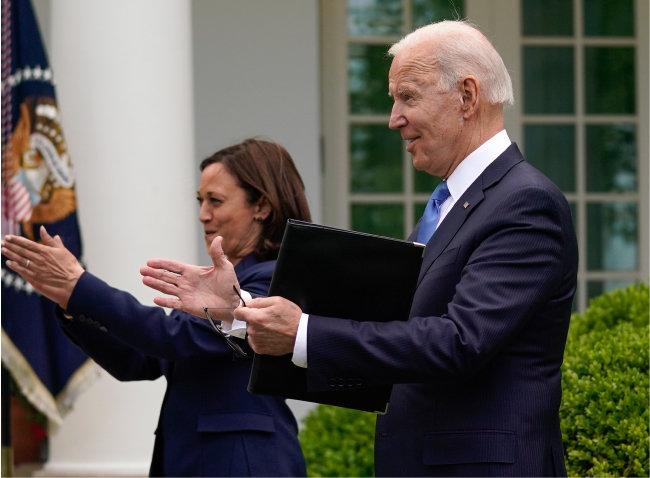조 바이든 미국 대통령(오른쪽)이 5월 13일(현지 시간) 백악관에서 코로나19 백신접종자는 이날부터 실내에서도 마스크를 쓰지 않을 수 있다는 내용을 알린 뒤 카멀라 해리스 부통령과 함께 박수를 치고 있다. [뉴시스]