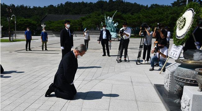 2020년 8월 19일 김종인 당시 미래통합당 비상대책위원장이 광주 북구 국립5·18민주묘지에서 무릎을 꿇고 참배하고 있다. [뉴스1]
