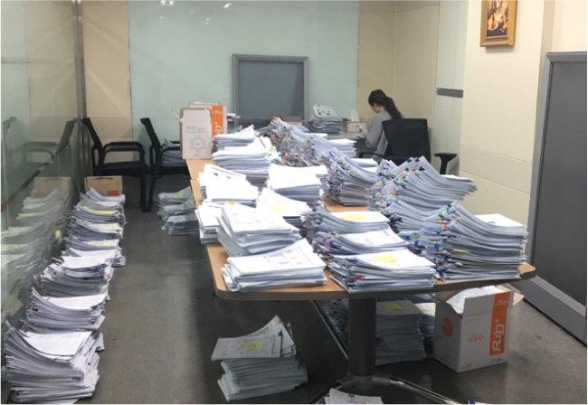 코로나19가 한창이던 지난해 3월 서울신용보증재단 한 지점에 보증신청 서류가 가득 쌓여 있다. [서울신용보증재단 제공]
