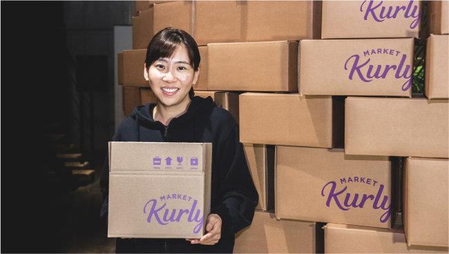 김슬아 마켓컬리 대표이사가 '마켓컬리' 로고가 새겨진 배송 상자를 들고 있다. 마켓컬리는 올해 안에 미국 증시에 상장하겠다는 계획을 지난 3월 밝힌 바 있다. [마켓컬리 제공]