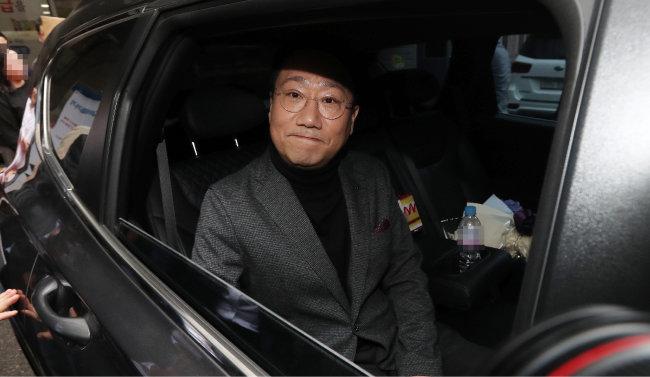 """지난해 4월 17일 양정철 당시 민주연구원장이 서울 여의도 더불어민주당 중앙당사를 나서고 있다. 그는 이날 """"야인(野人)으로 돌아가겠다""""며 사직 의사를 밝혔다. [뉴스1]"""