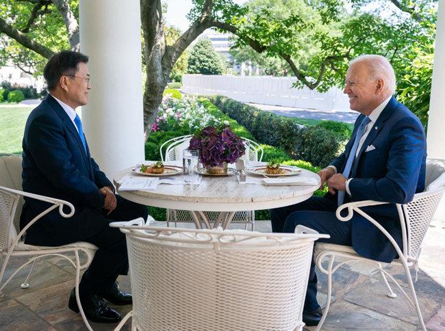 문재인 대통령(왼쪽)과 조 바이든 미국 대통령이 5월 21일(현지 시간) 백악관 오벌 오피스 야외 테라스에서 메릴랜드 크랩 케이크가 메뉴로 오른 오찬을 겸한 단독 회담을 갖고 있다. [조 바이든 대통령 트위터]