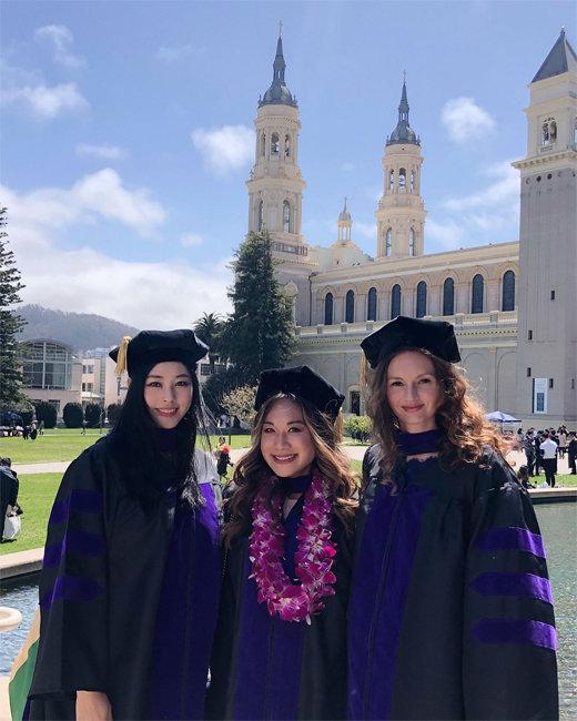 서동주(맨 왼쪽) 씨가 미국 샌프란시스코대 로스쿨 졸업식에서 친구들과 기념사진을 찍고 있다.  [서동주 인스타그램]