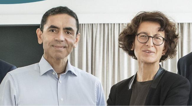 바이오엔테크를 공동 창업한 우구르 샤힌(왼쪽)과 외즐렘 튀레지 부부. 바이오엔테크는 화이자와 함께 mRNA 코로나19 백신을 개발한 기업이다. [바이오엔테크 홈페이지]