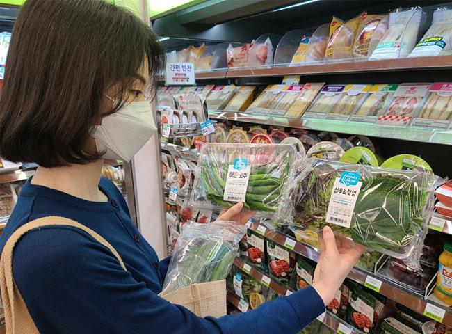 고객이 편의점 CU에서 채소 상품을 구매하고 있다. [BGF리테일 제공]