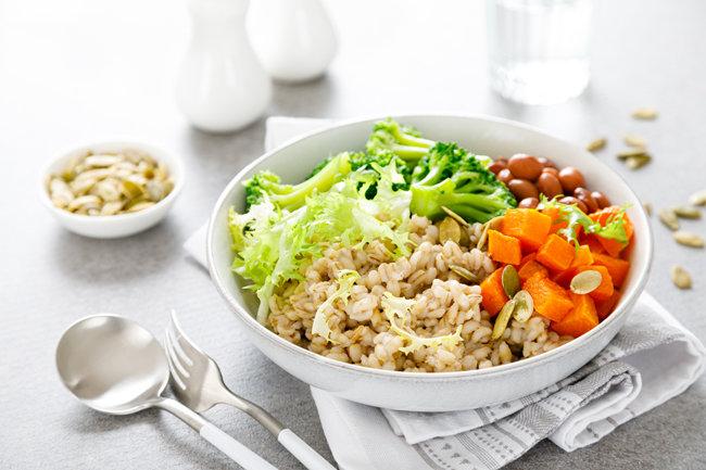 익힌 보리에 각종 채소를 곁들이면 맛있고 든든한 한끼 식사가 된다. [GettyImage]