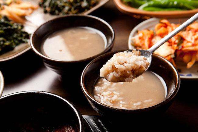 보리밥으로 누룽지를 만들어 끓여 먹으면 보리차에 쌀밥을 말아 먹는 것처럼 푸근하고 구수한 맛이 난다. [GettyImage]