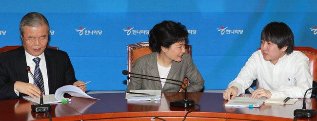 2012년 2월 7일 서울 여의도 국회에서 박근혜 당시 새누리당 비상대책위원장(가운데)과 이준석 비대위원(오른쪽)이 비대위 회의에 앞서 대화하고 있다. 왼쪽은 김종인 비대위원. [동아DB]