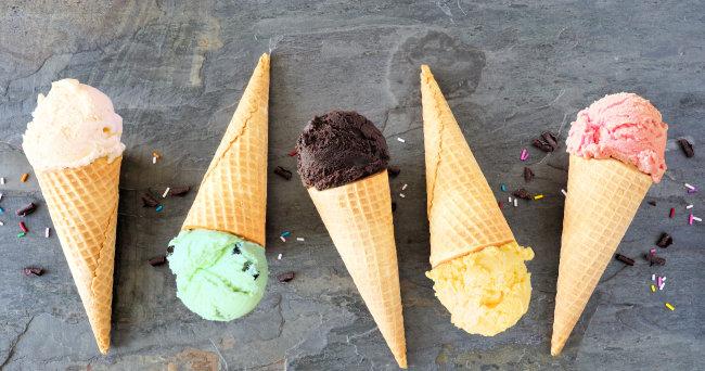최근 민트초코맛 아이스크림(왼쪽에서 두 번째), 마카롱, 쿠키 등이 디저트업계에서 돌풍을 일으키고 있다. [GettyImage]