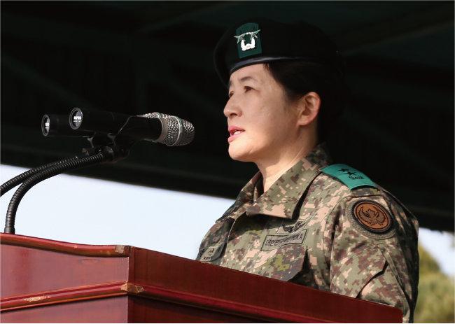 2019년 11월 21일 경기 이천시 육군항공작전사령부에서 열린 22·23대 항공작전사령관 이취임식에서 강선영 신임 항공작전사령관이 취임사를 하고 있다. 강 사령관은 창군 이래 첫 여성 소장이 됐다. [뉴스1]