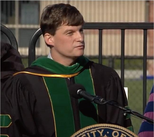 2012년 미국 UCLA에서 마이클 버리가 졸업식 축사를 하고 있다. 버리는 2008년 금융위기의 원인이 된 서브프라임 모기지 사태를 예견해 유명해졌다. [UCLA 유튜브 채널 캡처]