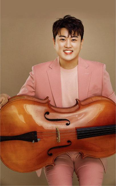 김호중이 핑크 슈트와 첼로로 사랑스러운 분위기를 자아내고 있다. [생각을보여주는엔터테인먼트 제공]