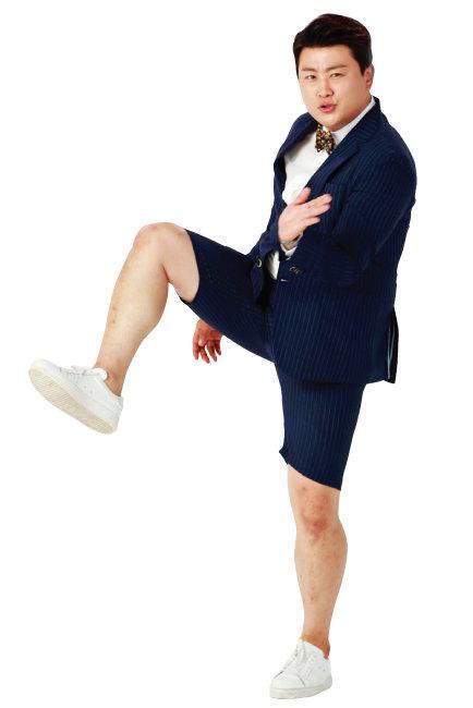 지난해 6월 13일 경기 파주시의 한 스튜디오에서 광고 촬영에 한창인 김호중. [뉴스1]