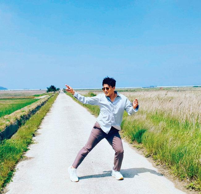 """지난해 5월 23일 논길에서 춤솜씨를 발휘한 김호중. """"행복하게 살아요. 나의 식구님들""""이라는 메시지를 남겼다.  [김호중 인스타그램]"""