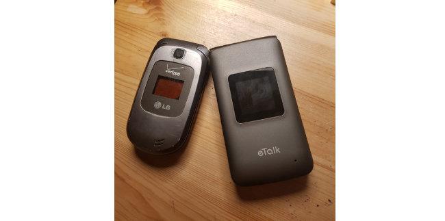 김선우·박혜윤 부부는 스마트폰 대신 구식 폴더폰을 쓴다. [김선우·박혜윤 제공]