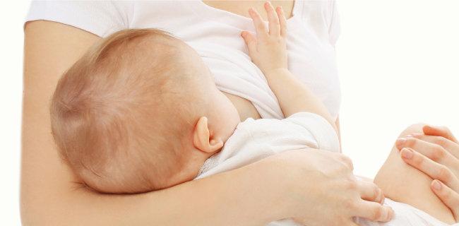 모성은 아이에게 젖을 물리면서 꿈틀대기 시작한다. [GettyImage]