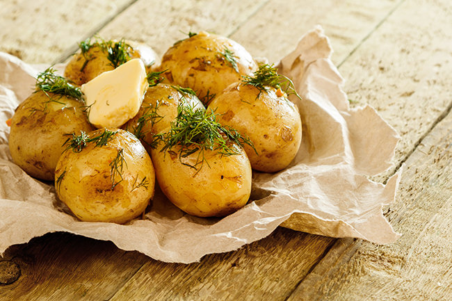 익힌 감자에 버터와 허브, 후추와 레몬즙 등을 더하면 바다를 건너온 듯 이국적인 요리가 된다. [GettyImage]