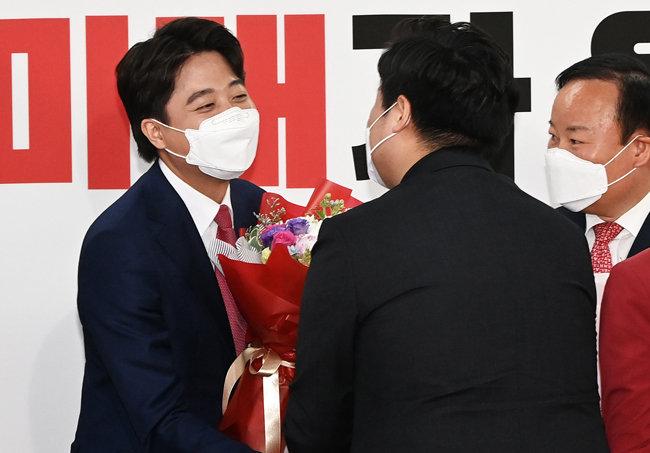 6월 11일 서울 영등포구 국민의힘 당사에서 열린 전당대회에서 새 당대표가 된 이준석 후보가 축하인사를 받고 있다. [뉴스1]