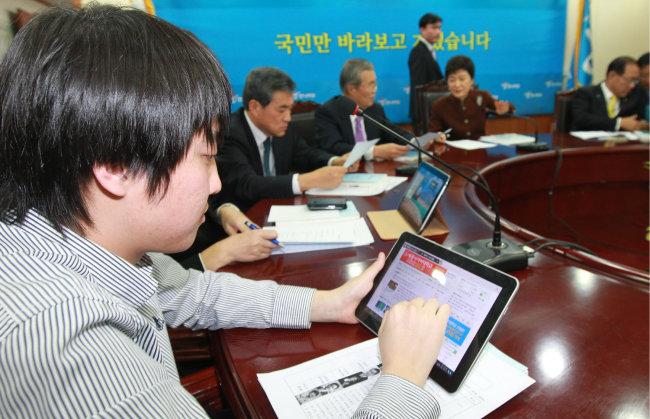 2011년 12월 27일 당시 한나라당 비상대책위원회 첫 회의에서 이준석 비상대책위원이 회의가 시작되자 태블릿PC를 꺼내 검색을 하고 있다. [동아DB]