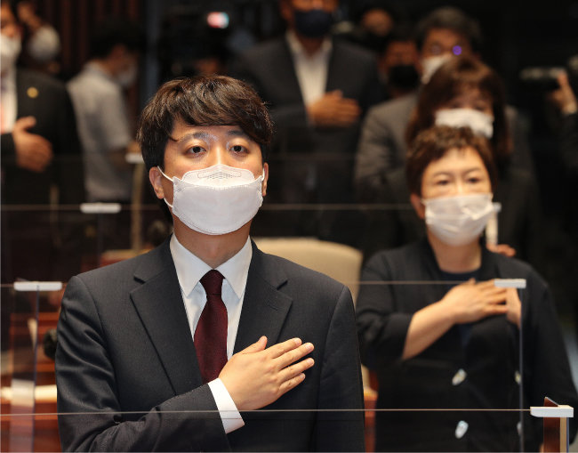 이준석 국민의힘 대표가 6월 14일 서울 여의도 국회에서 열린 의원총회에서 국기에 대한 경례를 하고 있다. [뉴스1]