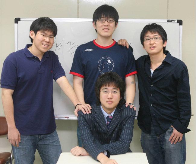 2006년 7월 26일 하버드대 학생들이 서울 신당동 유락사회종합복지관에서 자원봉사를 하고 있다. 앉아 있는 사람이 당시 21세이던 이준석 국민의힘 대표다. [동아DB]