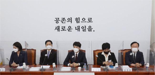 이준석 국민의힘 대표(가운데)가 6월 14일 서울 여의도 국회에서 열린 최고위원회의에서 모두발언을 하고 있다. [뉴스1]