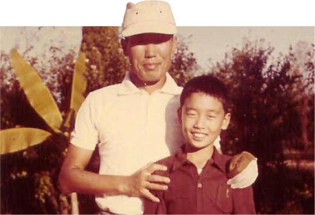 1965년 당시 초등학교 4학년이던 구자철 회장(오른쪽)이 서울대공원 인근 서울컨트리클럽에서 아버지 구태회 전 LS그룹 명예회장과 즐거운 시간을 보내고 있다. [구자철 제공]
