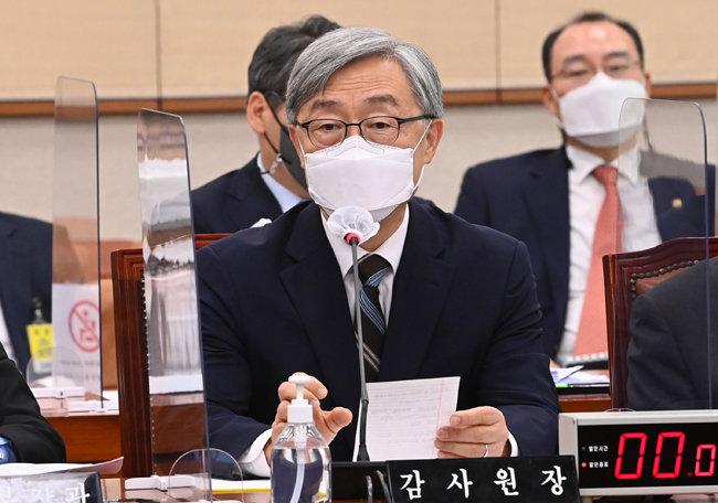 최재형 감사원장이 6월 18일 서울 여의도 국회 법제사법위원회 전체회의에서 질의에 답변하고 있다. [사진공동취재단]