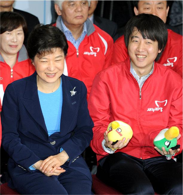 2012년 12월 11일, 당시 박근혜 새누리당 선거대책위원장과 이준석 비상대책위원이 19대 총선 방송사 출구조사 결과를 지켜보며 웃고 있다. [뉴스1]