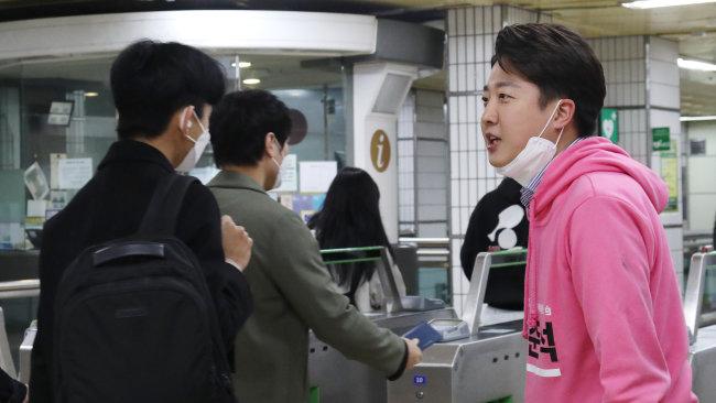 2020년 4월 3일 당시 이준석 서울 노원병 미래통합당 후보가 21대 총선을 앞두고 유세 활동을 펼치고 있다. [뉴스1]