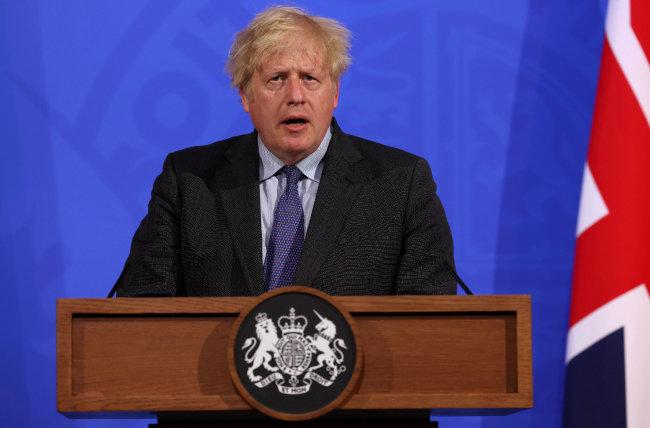 보리스 존슨 영국 총리는 6월 14일(현지 시간) 런던 총리 관저에서 애초 21일 해제하려던 봉쇄조치를 7월 19일까지 연장한다고 밝혔다. 영국은 코로나19 변이 바이러스 확산으로 최근 공중보건 위기를 맞고 있다. [뉴시스]