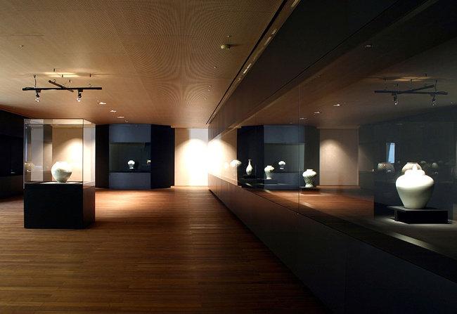 독일의 '글라스바우 한' 진열장. 그라스바우 한은 세계 일류 미술관과 박물관에 진열장을 납품하는 글로벌 강소기업이다. 이건희 회장은 최첨단 터치 진열장에 최첨단 투어가이드까지 미술 전시에 기술을 접목시켜 세계 일류 전시가 이뤄지도록 했다. [리움 미술관]