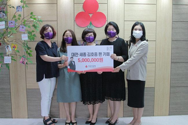 대전·세종 아리스는 6월 18일 대전사회복지공동모금회에 성금을 기부해 독거노인을 도왔다. [사진 제공=트바로티 대전·세종 아리스]
