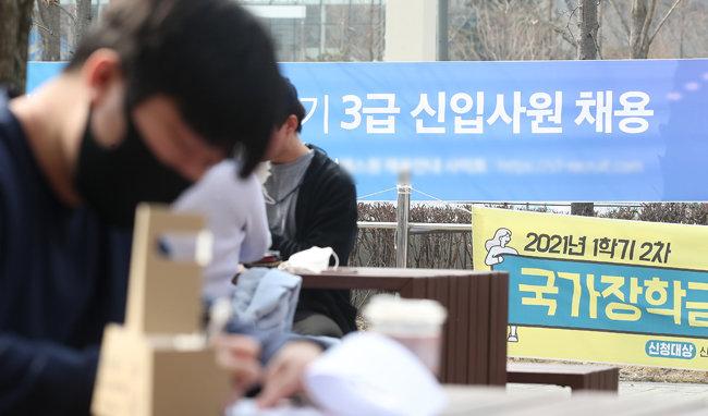 각 대학이 코로나19 와중에도 개강을 한 지난 3월 18일. 서울시내 한 대학교에 취업관련 현수막이 걸려있다. [뉴스1]