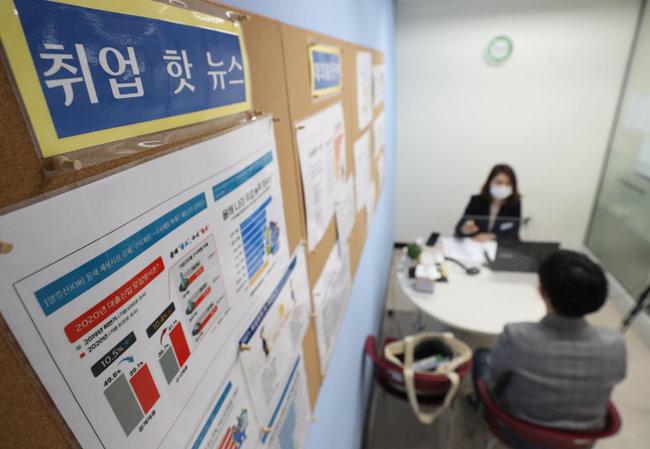 4월 22일 경기 성남의 한 대학교에서 학생이 취업 및 면접 준비 상담을 받고 있다. [뉴스1]