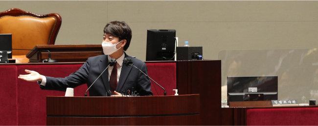 이준석 국민의힘 대표가 6월 14일 열린 '국민의힘 의원총회'에 참석해 발언하고 있다. [뉴시스]