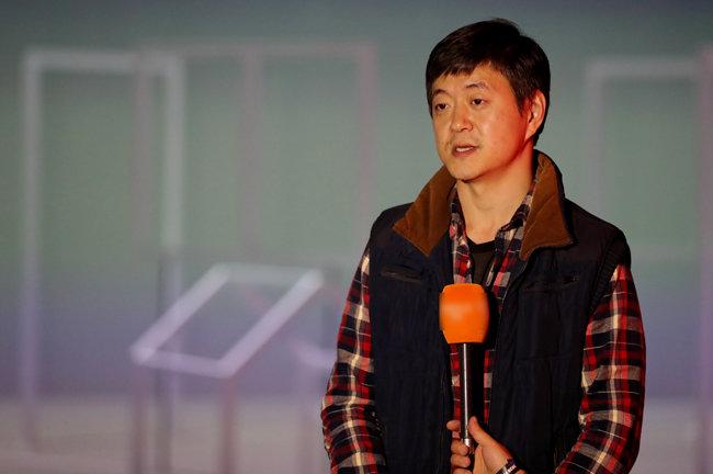 '2020 파라다이스 아트랩 페스티벌' 개막을 하루 앞둔 지난해 10월 22일 인천 영종도 파라다이스 시티에서 문재인 대통령 아들 문준용 씨가 자신의 작품을 설명하고 있다. [뉴스1]