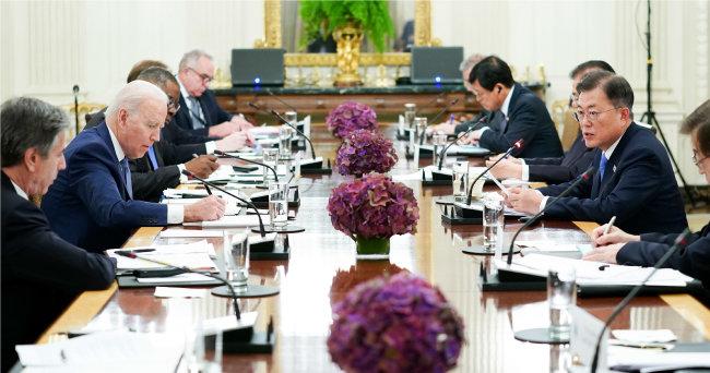 5월 21일(현지 시간) 문재인 대통령(오른쪽에서 두 번째) 미국 워싱턴 백악관 국빈만찬장에서 조 바이든 미국 대통령(왼쪽에서 두 번째)과 확대 회담을 하고 있다. [뉴시스]