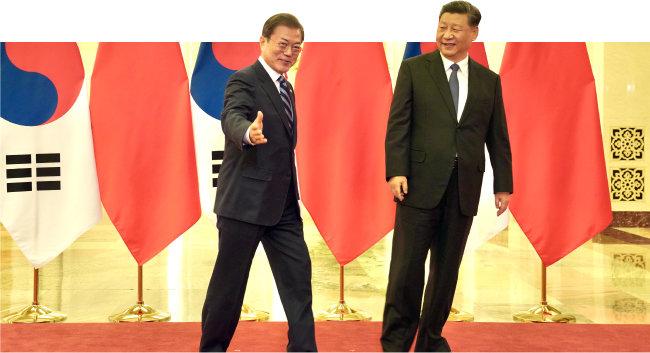 2019년 12월 23일(현지 시간) 문재인 대통령(왼쪽)이 중국 베이징 인민대회당에서 시진핑 국가주석과 정상회담을 하기 전 기념촬영을 한 뒤 회의장으로 들어가고 있다. [동아DB]