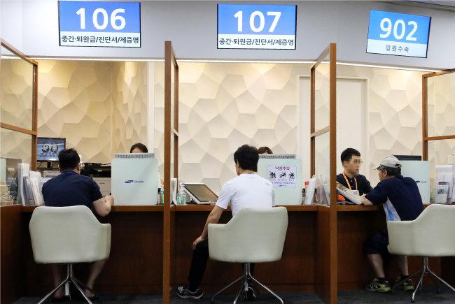 올해 7월부터는 이른바 4세대 실손보험이 시행된다. 사진은 서울시내 한 종합병원에서 보호자들이 진료비 수납을 하고 있는 모습. [뉴스1]