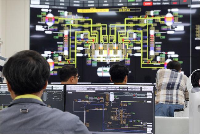 한국원자력연구원 연구원들이 고속원자로(SMR) 실험용 실증로 '스텔라-2'의 실험 상황을 확인하고 있다. [한국원자력연구원 제공]