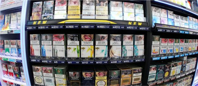 1월 28일 대전 서구에 있는 한 편의점에 담배가 진열돼 있다. 전날 보건복지부는 향후 10년간 담배 건강증진부담금을 경제협력개발기구(OECD) 평균 수준까지 올린다는 계획을 밝혔다. [뉴스1]
