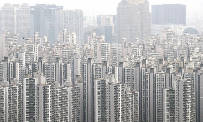 4월 28일 국토교통부는 올해 아파트 공시가격이 전국 평균 19.05% 상승했다고 밝혔다. 이날 서울 시내 아파트 단지 모습. [뉴스1]