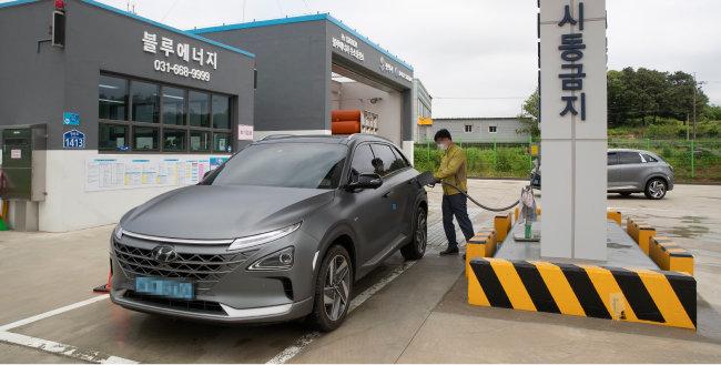 평택시 장안동의 차량용 수소연료전지 충전소에서 차량이 수소를 충전하고 있다. [지호영 기자]